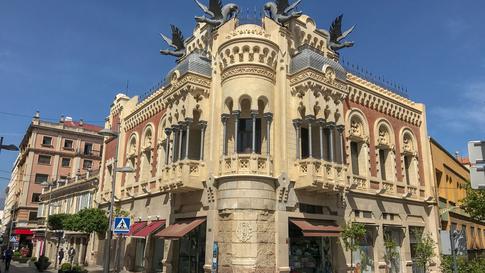 بناية قديمة على طراز الإسباني وسط مدينة سبتة.