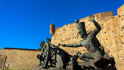 تمثال وسط مدينة سبتة يخلد إحدى لحظات التاريخ العسكري الإسباني.