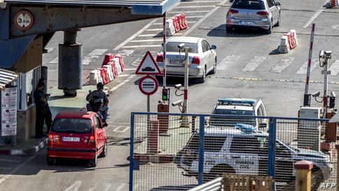 الدخول إلى مدينة سبتة برا، عبر المغرب، يتطلب المرور عبر نقطة تفتيش إسبانية.