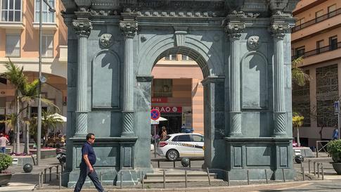 بوابة أثرية وسط مدينة سبتة.