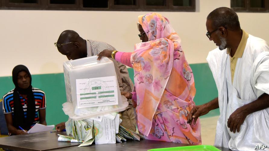 بعد انتهاء عملية التصويت في أحد مكاتب الاقتراع بنواكشوط