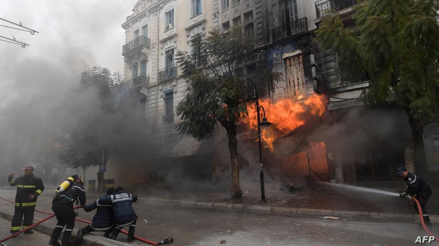 رجال مطافئ يحاولون إخماد حريق بتونس العاصمة (يناير 2019)