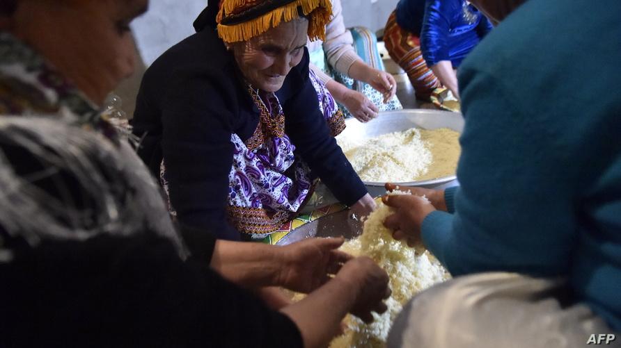 نساء من منطقة القبائل الأمازيغية يحضرن الكسكسي