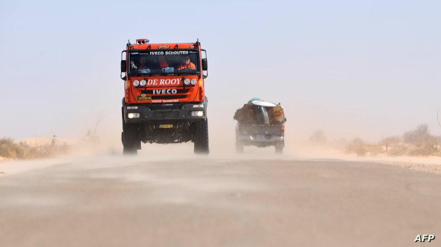 شاحنة في طريق سيار شمال موريتانيا