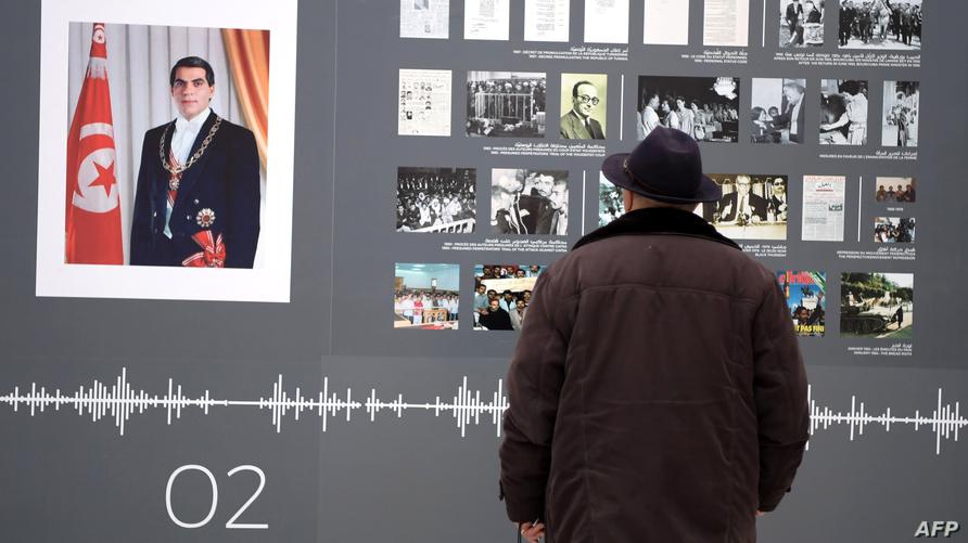 تونسي يزور معرض 'الثورة' بمتحف باردو