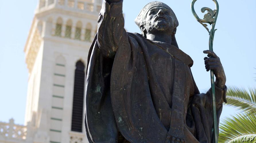 تمثال للقديس أوغسطين أمام الكنيسة التي تحمل اسمه في عنابة الجزائرية