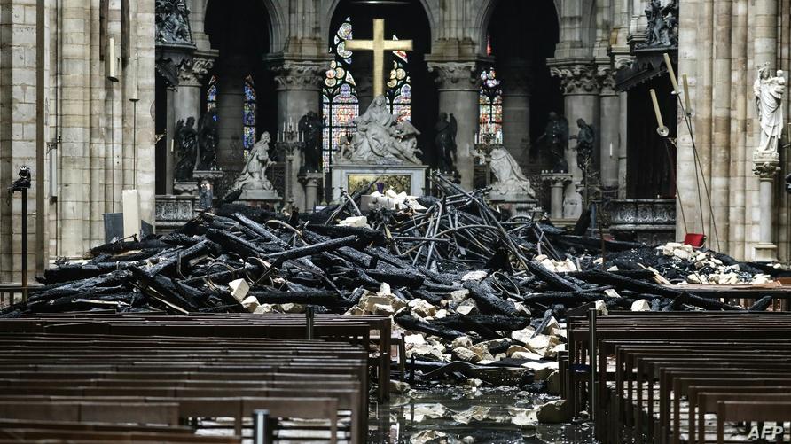 آثار الحريق على كاتدرائية نوتردام دو باريس