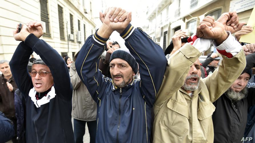 خلال مسيرة معارضة للحكومة في الجزائر يوم الإثنين الماضي