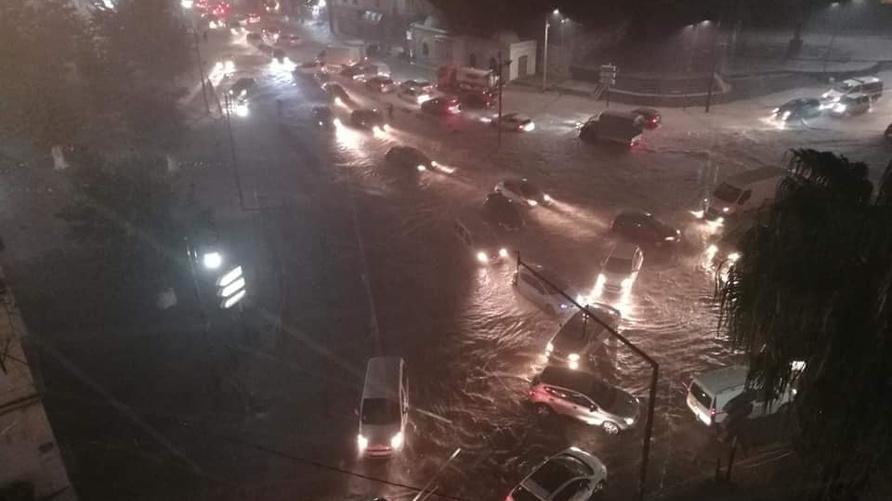 سيارات عالقة وسط مياه الأمطار في بلدية بئر مراد رايس بالعاصمة
