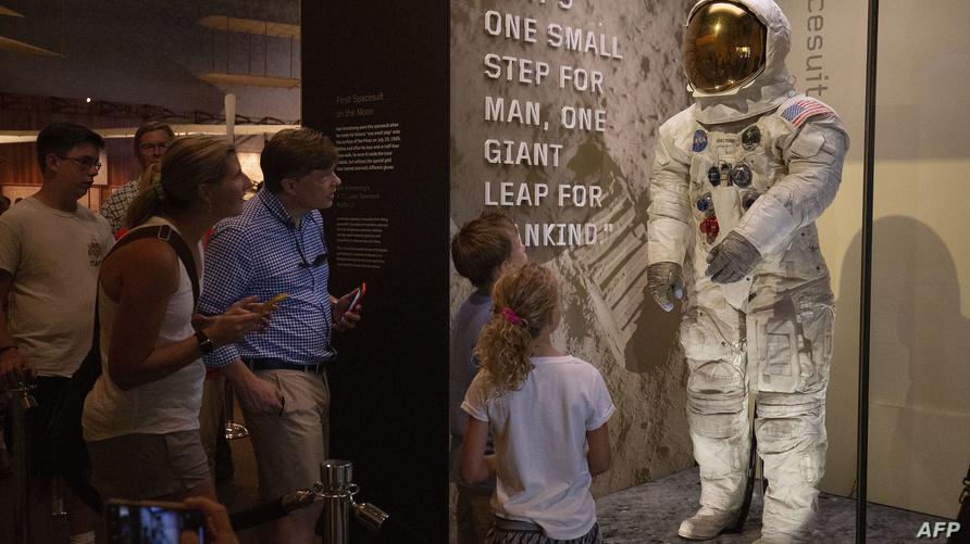 بدلة الفضاء التي ارتداها لويس آرمسترونغ في المسير على القمر