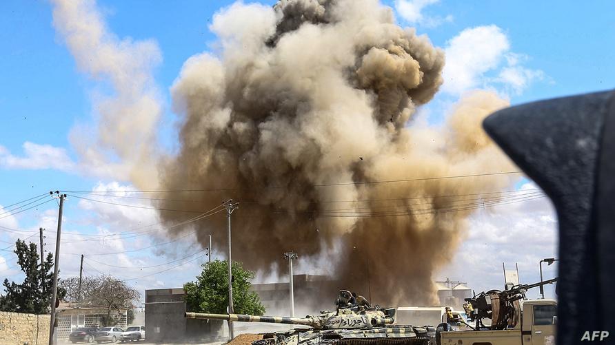 ضربة جوية قرب دبابة تابعة لقوات حكومة الوفاق في طرابلس