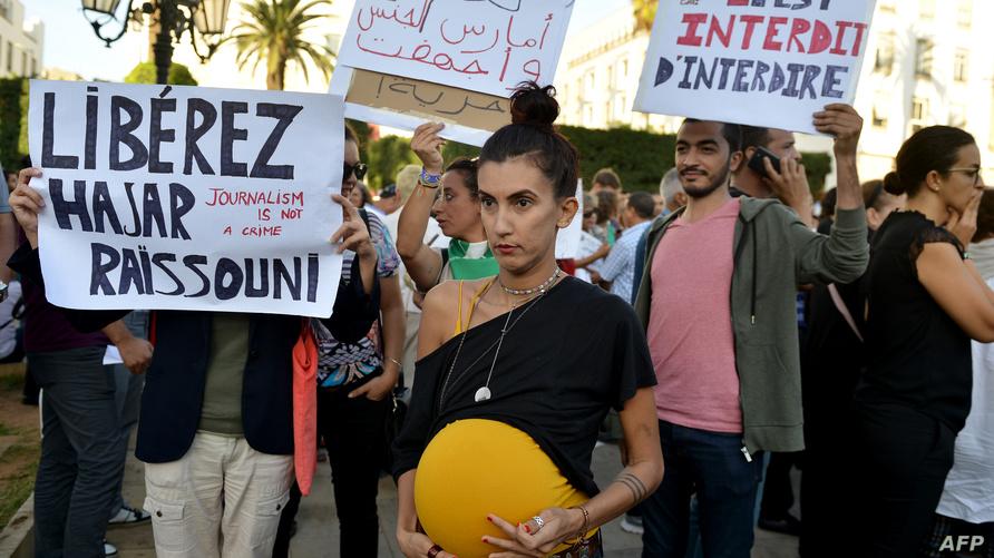 متظاهرون في الرباط يرفعون شعارات تدافع عن الحريات الفردية