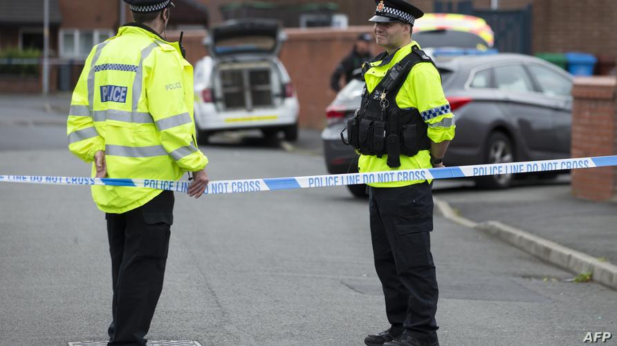 عنصرا شرطة يطوقان أحد مواقع تفتيش الشرطة في مانشستر
