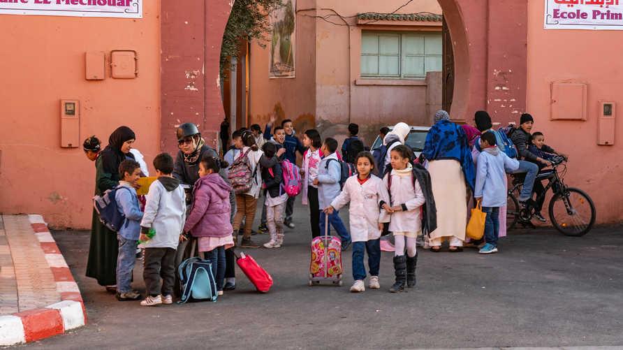 تلاميذ مغاربة أمام مدرسة بمراكش