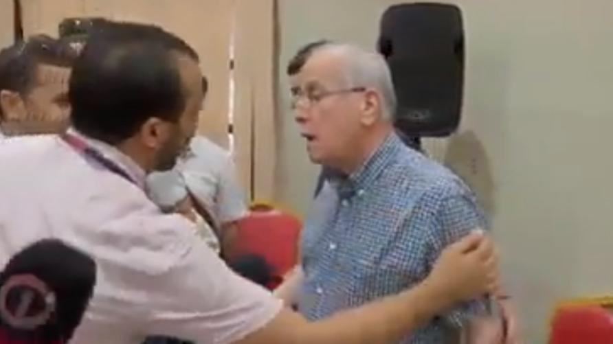 كريم يونس لحظة مغادرته الندوة الصحفية غاضبا