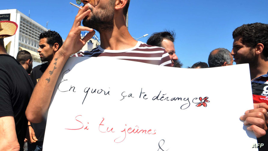تونسي يحتج على منع غير الصائمين في رمضان من ارتياد المقاهي والمطاعم