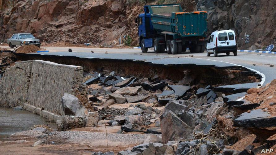 طريق متضررة إثر فيضانات ضربت منطقة سيدي افني جنوب المغرب - أرشيف