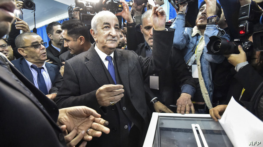 عبد المجيد تبون لدى إدلائه بصوته في الانتخابات الرئاسية