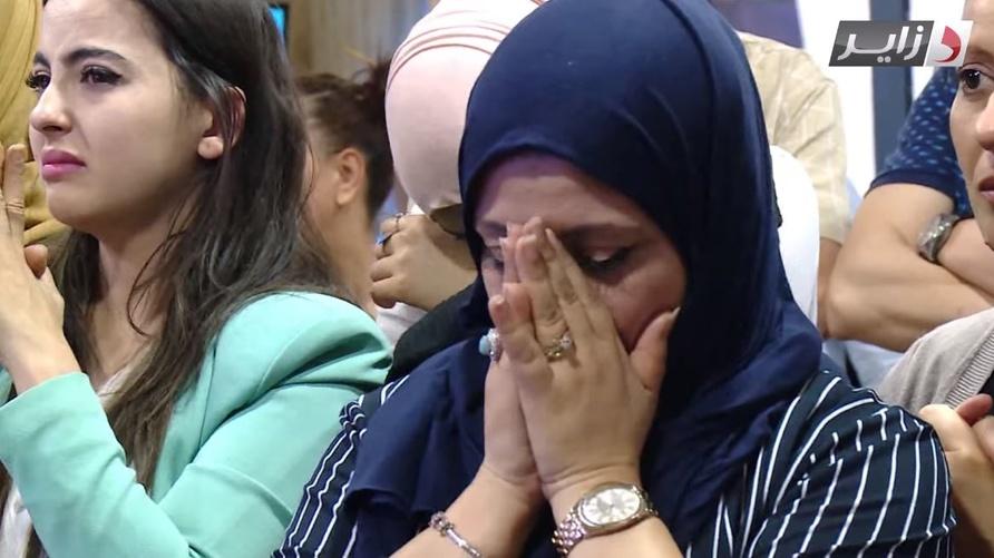 """صحافيات من قناة """"دزاير نيوز"""" يبكين حزنا على وقف بث القناة"""