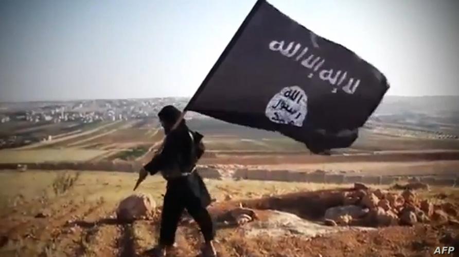 متشدد يحمل عمل تنظيم داعش الإرهابي