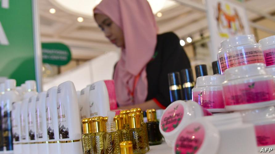 منتجات تجميلية خلال معرض المأكولات والمنتجات الحلال في الإمارات
