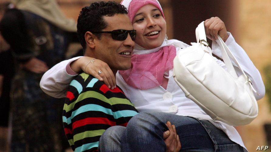 شاب وشابة يتبادلان لحظات سعادة في يوم عيد الحب (أرشيف)