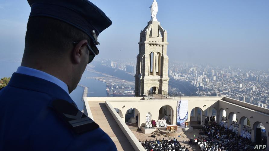 شرطي جزائري في الحراسة الأمنية التي أحاطت بحدث التطويب