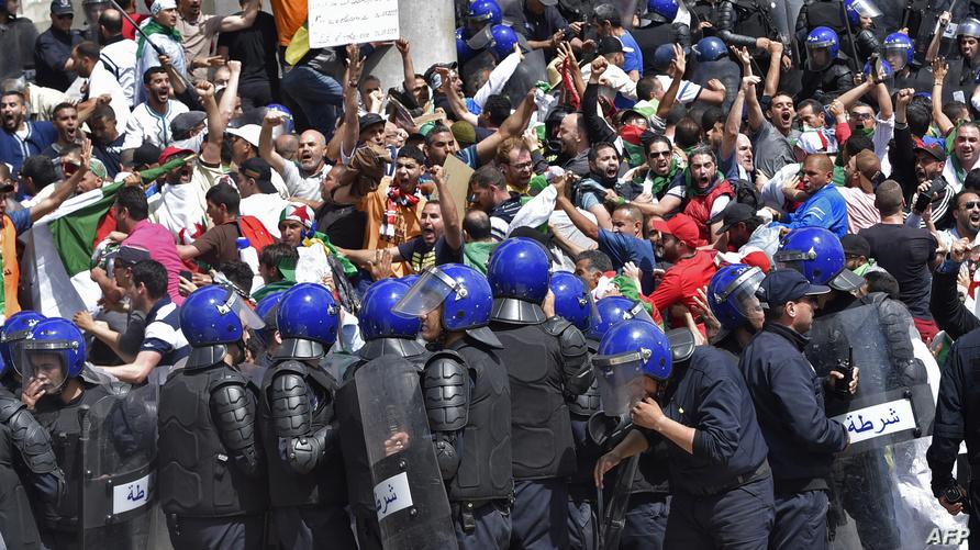 محتجون جزائريون قرب ساحة البريد المركزي يوم الجمعة الماضي