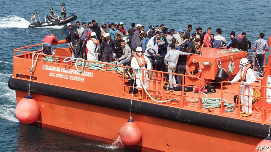 سفينة لحرس الحدود الإسباني تحمل مهاجرين غير شرعيين