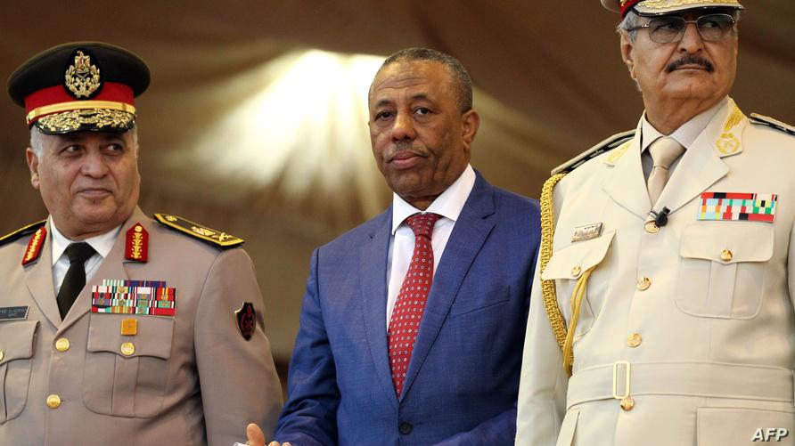 رئيس الحكومة المؤقتة، عبد الله الثني، وعن يساره خليفة حفتر