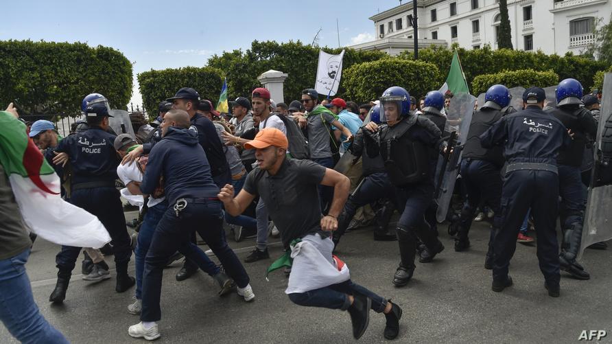 احتكاك بين محتجين والشرطة خلال تظاهرات بالعاصمة الثلاثاء