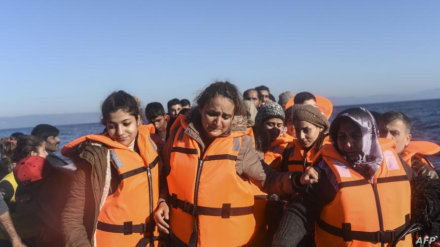 نساء يركبن قوارب هجرة متوجهة نحو أوروبا
