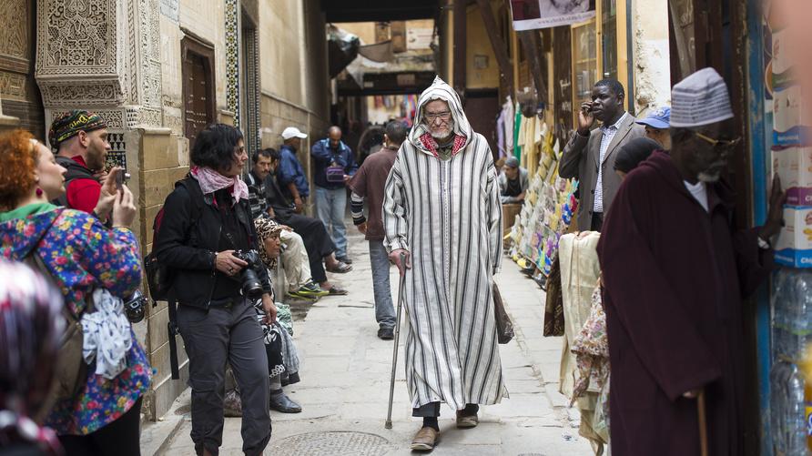 مغاربة بأحد أزقة مدينة فاس العتيقة