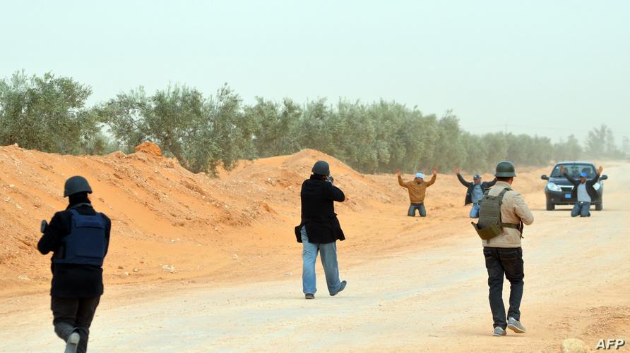 الشرطة التونسية أثناء توقيف مشتبه فيهم على الحدود مع ليبيا (أرشيف)