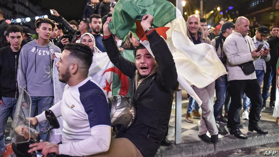 إلغاء العهدة الخامسة دفع بعض المواطنين إلى الشارع من أجل التعبير عن فرحتهم