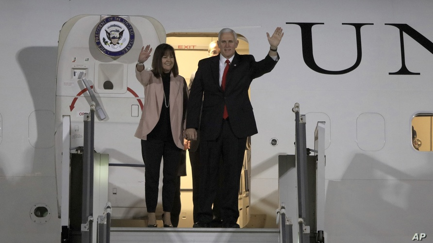 نائب الرئيس مايك بنس وزوجته كارين يصلان إلى عمان