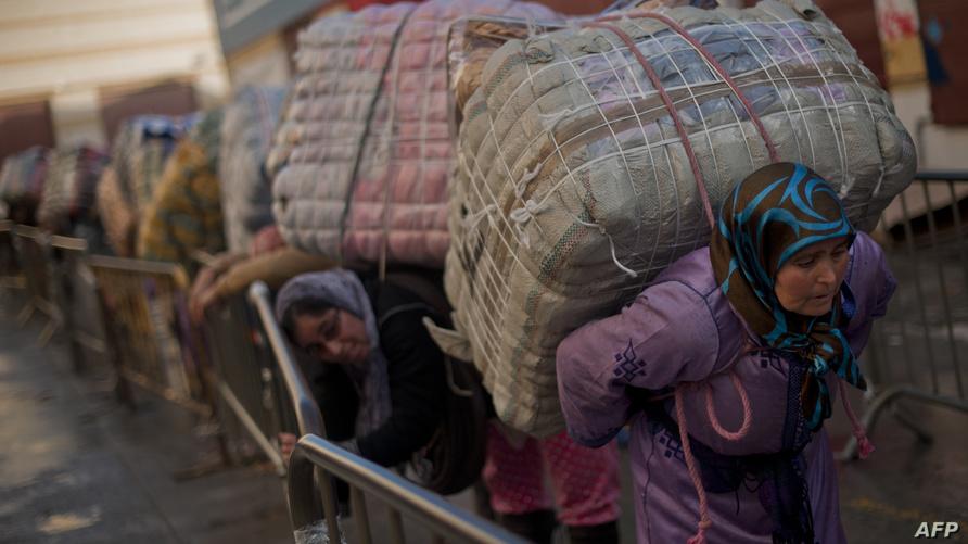 مجموعة من النساء يحملن الحزم لنقلها عبر الحدود في سبتة