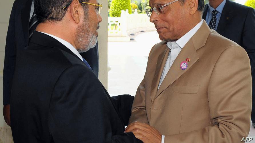 مرسي خلال استقباله المرزوقي في القاهرة (2012)