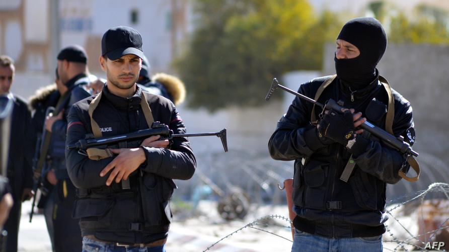 عناصر أمن يحرسون بن قردان التي تعرضت لهجوم متشددين ربيع 2016