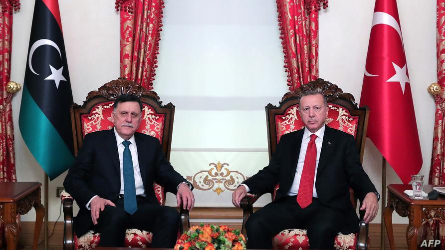 الرئيس التركي رجب طيب أردوغان رفقة رئيس حكومة الوفاق الليبية فائر السراج