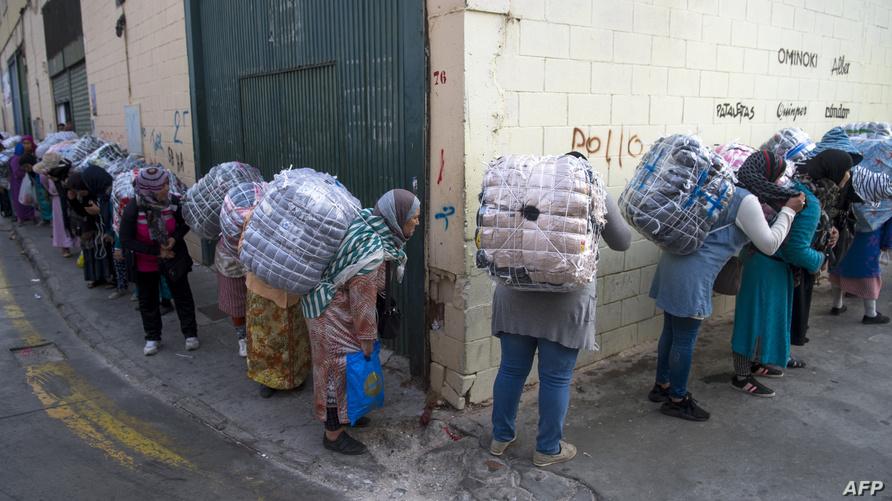 نساء من حمالات البضائع في معبر باب سبتة (شتنبر 2017)