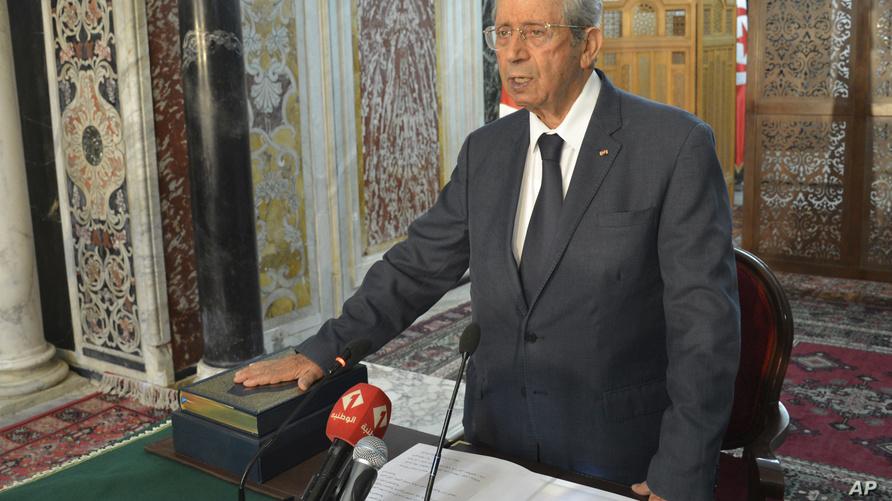 الرئيس التونسي المؤقت، محمد الناصر، يؤدي اليمين الدستورية