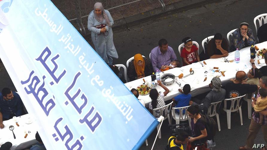 مائدة إفطار جماعية نظمتها إحدى البلديات بالجزائر (2016)