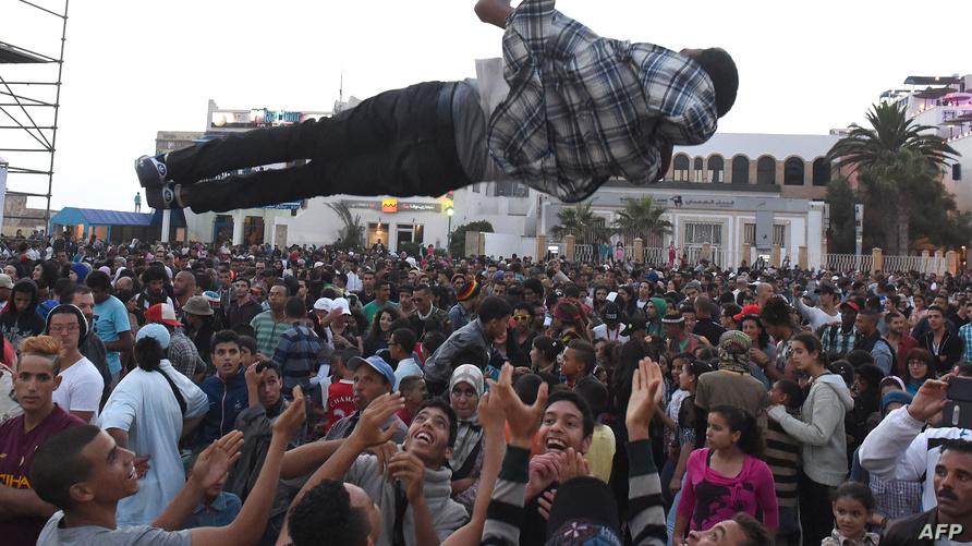 مشهد احتفالي في مهرجان موسيقى كناوة العالمي الذي ينظم بالصويرة