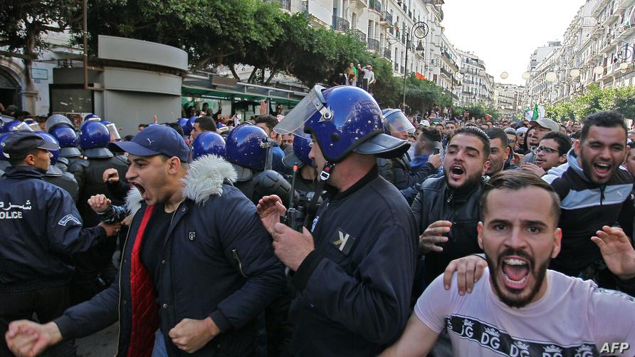الشرطة تطوق متظاهرين ضد الرئاسيات في الجزائر