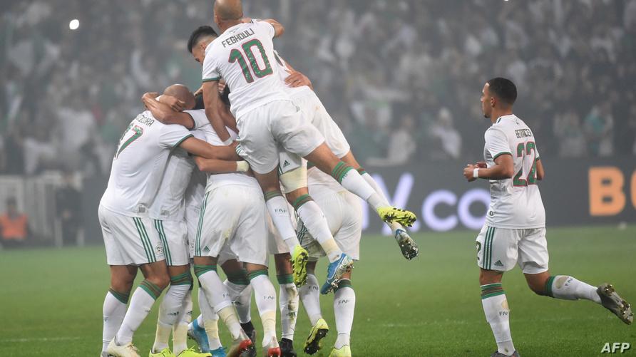 فرحة لاعبي المنتخب الجزائري بعد تسجيل هدف ضد منتخب كولومبيا