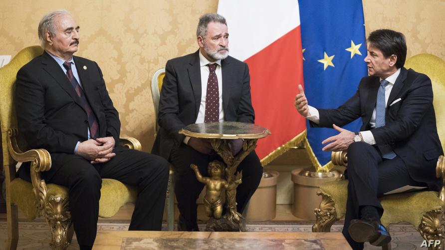 رئيس الوزراء الإيطالي جوزيبي كونتي (يمين) رفقة المشير خليفة حفتر