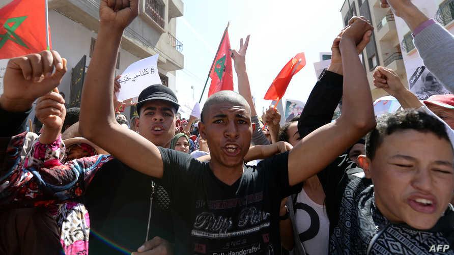 مغاربة في احتجاجات ضد السلطات أمام مقر إدارة محلية بالقنيطرة قرب الرباط