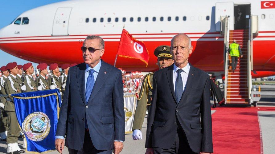 الرئيس التونسي قيس سعيد يستقبل الرئيس التركي رجب طيب أردوغان الذي يحل بتونس في زيارة عمل تمتد ليوم