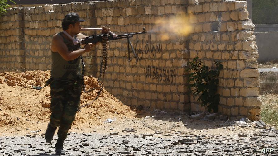 الحكومة المعترف بها دوليا تسيطر على منطقة تتقلص باستمرار غربي ليبيا بما في ذلك العاصمة طرابلس، وتواجه هجوما منذ شهر تشنه القوات الموالية للجنرال خليفة حفتر المتحالف مع حكومة منافسة مقرها شرقي ليبيا.